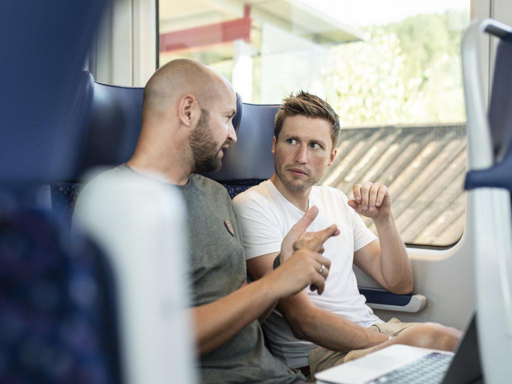 Severin Mayr und David Stögmüller im Zug Richtung Braunau
