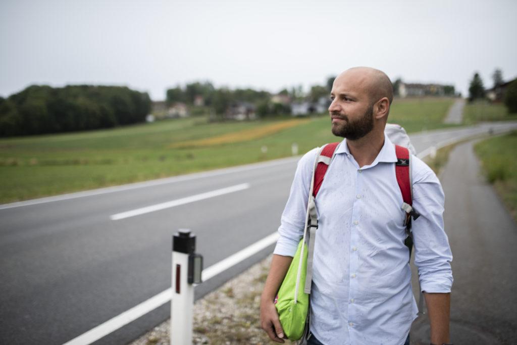 Severin Mayr in Tarsdorf am Weg zur Bushaltestelle